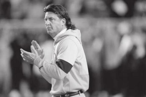 OSU 's Mike Gundy Agrees to Take a Pay Cut